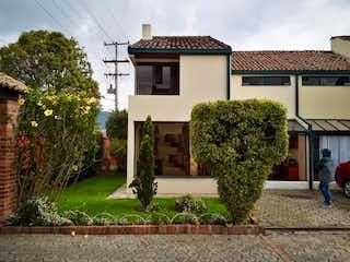 Un edificio con un árbol delante de él en Casa en venta en Casco Urbano Chía de 4 habitaciones