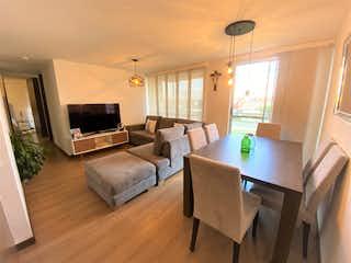 Una sala de estar llena de muebles y una televisión de pantalla plana en VENTA APARTAMENTO 4to PISO EXTERNO PARQUE RESIDENCIAL SOL NACIENTE