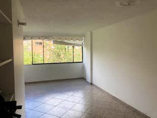 Un cuarto de baño con ducha y una ventana en Apartamento en venta en Bella Suiza con Bbq...