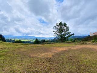 Una vista de un campo con un fondo de cielo en VENTA HERMOSO LOTE EN EL RETIRO