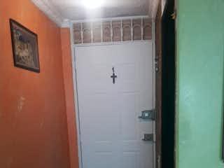 Una puerta que conduce a una puerta en una habitación en VENTA APARTAMENTO HAYUELOS