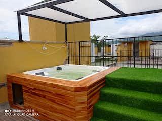 Un cuarto de baño con lavabo y bañera en Venta Apartamento Santa Fe de Antioquia