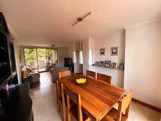 Una sala de estar llena de muebles y una mesa de madera en Apartamento en venta en Las Lomas 98m² con Balcón...