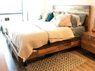 Una cama sentada en un dormitorio junto a una lámpara en Ve GRAND pedregal