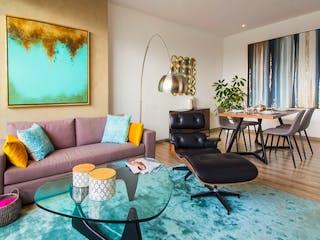 Una sala de estar llena de muebles y una televisión de pantalla plana en SKY SANTA FE DEPARTAMENTOS