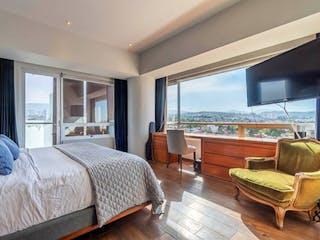 Un dormitorio con un gran ventanal y un balcón en Sens vista hermosa