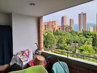 Una persona sentada en un sofá en una sala de estar en Venta de Apartamento Suramérica, Itagüí