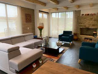 Una sala de estar llena de muebles y una chimenea en Casa en venta en Niza Norte, 116mt de dos niveles