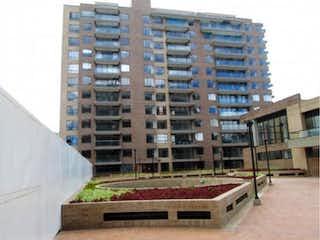 Un edificio muy alto con muchas ventanas en Apartamento En Venta En Bogota Colina