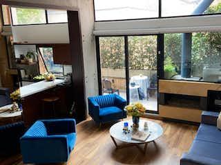 Una sala de estar llena de muebles y una gran ventana en Casa en venta en Chicó Reservado, 175mt de tres niveles