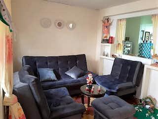 Una sala de estar llena de muebles y una ventana en Casa En Venta En Medellin Buenos Aires