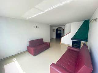 Una sala de estar con un sofá rosa y una mesa en Casa en venta en Batán, 188mt de dos niveles