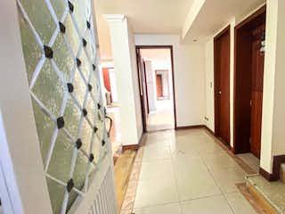 Un cuarto de baño con un inodoro y una ducha en Apartamento en venta en La Esmeralda de 6 alcobas