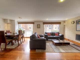 Una sala de estar llena de muebles y una mesa en ENCANTADOR APARTAMENTO EN CHICO- VENTA
