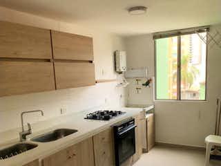Una cocina con una estufa de fregadero y armarios en Venta de Apartamento en La América, Medellín