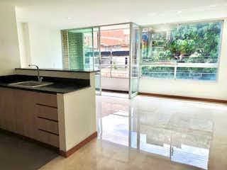 Una cocina que tiene una ventana en ella en APARTAMENTO EN VENTA BARRIO LAURELES