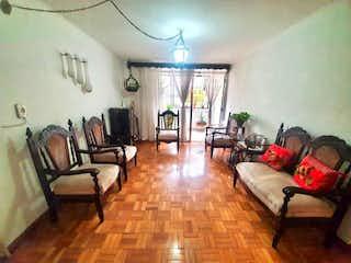 Una sala de estar llena de muebles y una mesa en Apartamento en venta en Rosales con acceso a Balcón