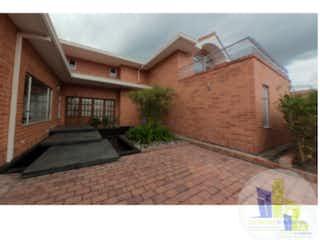 Un edificio de ladrillo con un pájaro negro en él en Casa en venta en Las Mercedes Suba con Zonas húmedas...
