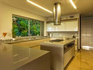 Una cocina con un fregadero y un horno de cocina en Casa en venta en Los Balsos 1510m²
