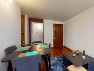 Una sala de estar llena de muebles y una mesa de madera en Apartamento en venta en Barrio Toberín de 61m² con Jardín...