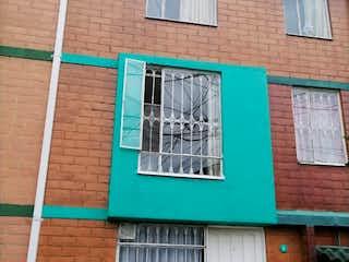 Un edificio con una señal verde en él en Casa en venta en Fontibón Centro de 47m²