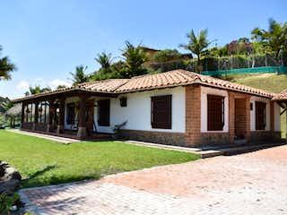 Una casa que tiene una casa en ella en VENTA  FINCA EN RIONEGRO, VEREDA LAS LAJAS
