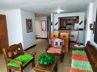 Una sala de estar llena de muebles y una chimenea en Casa En Venta Rionegro