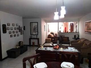 Un cuarto de baño con un lavabo y un inodoro en Amplio apartamento en Belén Rosales
