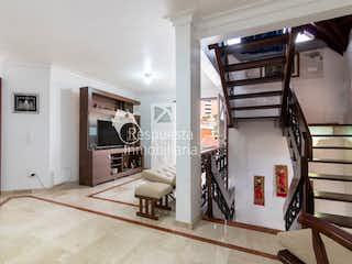Una vista de una sala de estar y una sala de estar en Vendo Casa en Las Palmas Medellín (El Poblado.)