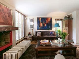 Una sala de estar llena de muebles y una televisión de pantalla plana en Casa En Venta En Bogota Belmira-Usaquén