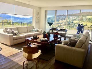 Una sala de estar llena de muebles y una gran ventana en Casa Campestre En Venta En Sopo Hato Grande