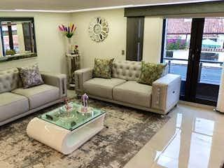 Una sala de estar llena de muebles y una gran ventana en Casa en venta en Estrella Del Norte, 335m²