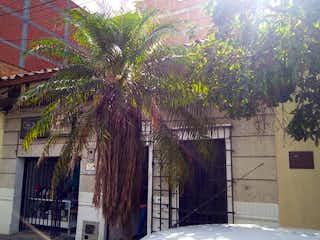 Un edificio con un árbol en el medio en Casa en venta en Florida Nueva 200m²