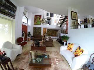 Una sala de estar llena de muebles y una mesa en Casa independiente Hermosa Vista San Lucas El Poblado Medellin