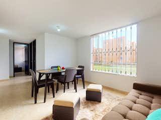 Una sala de estar llena de muebles y una televisión de pantalla plana en Apartamento en venta en Casco Urbano Soacha con Jardín...