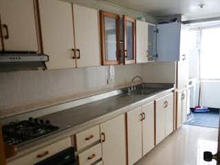 Cocina con fogones y microondas en Apartamento en venta en Los Colores 110m²