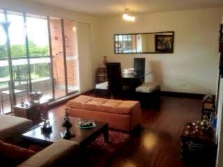 Una sala de estar llena de muebles y una ventana en APARTAMENTO EN ALTOS DE LA COLINA