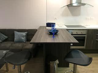 Una sala de estar con una silla y una mesa en Apartamento en venta en Santa Ana Occidental, 40mt tipo loft