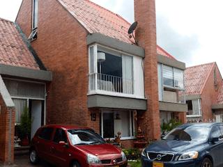 Un coche estacionado delante de una casa en ZPM-4 Casa en venta, Maranta