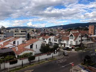 Una calle de la ciudad llena de edificios y edificios en VENTA APARTAMENTO ALHAMBRA