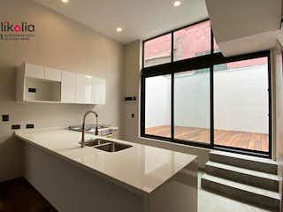 Un cuarto de baño con dos lavabos y un gran espejo en Torreón 10