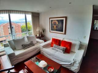 Una sala de estar llena de muebles y una gran ventana en Apartamento En Venta En Bogotá La Calleja-Usaquén