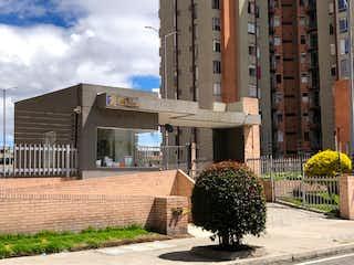 Un edificio que tiene un árbol en él en Venta de Apartamento en Pradera Norte, Bogotá