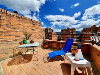 Una persona sentada en un banco frente a un edificio en Apartamento en venta en Barrio La Carolina 200m² con Jardín...