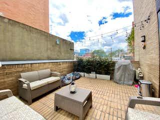 Una sala de estar con un sofá y una mesa de café en Apartamento en venta en Santa Bárbara Occidental de 2 hab. con Bbq...