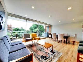Una sala de estar llena de muebles y una mesa en Apartamento en venta en Rosales, 108mt con terraza