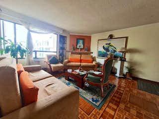 Una sala de estar llena de muebles y una televisión de pantalla plana en Apartamento en venta en Dardanelo, 99mt