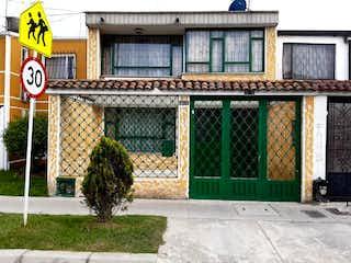 Una señal de calle delante de un edificio en Casa En Venta En Bogota Alamos