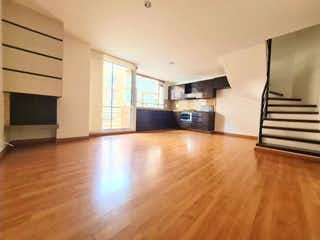 Una sala de estar con suelos de madera dura y una ventana en Apartamento en venta en Santa Paula, 76mt duplex