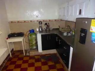 Una cocina con un piso a cuadros blanco y negro en Casa en venta en Berlín de 150m²
